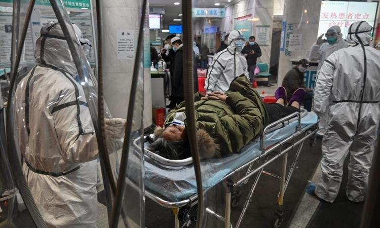 Nhaan viên y tế và bệnh nhân tại bệnh viện ở Vũ Hán ngày 25/1. Ảnh: AFP.