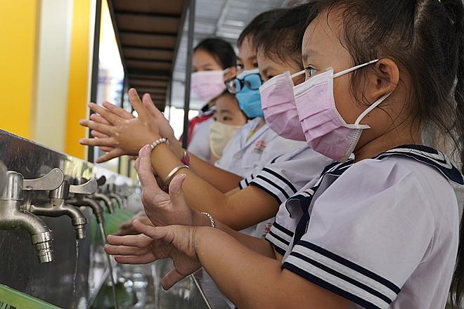 Khẩu trang không phải là cứu tinh, để phòng lây nhiễm nên kết hợp với phương pháp phòng tránh theo khuyến cáo của Bộ Y tế. Ảnh: Hoàng Nam