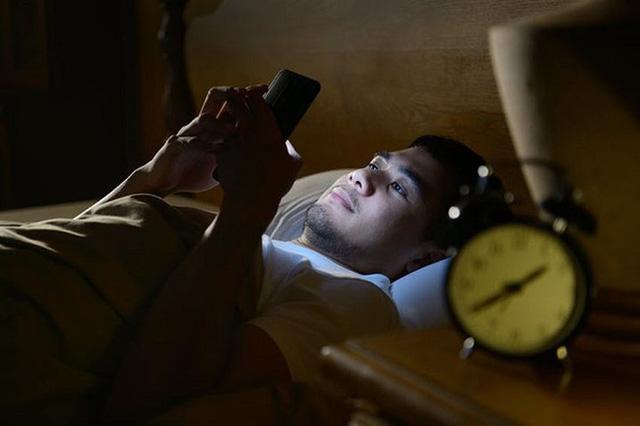 Bác sĩ cảnh báo 7 thói quen trong cuộc sống hàng ngày có thể gây tổn thương não, teo não - Ảnh 2.