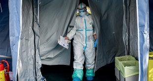 Nhân viên y tế tại một bệnh viện dã chiến ởBrescia, Bắc Ý, ngày 10/3. Ảnh: AP